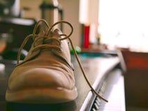 Miękcy Rzemienni Oxford buty, koronki na Drewnianej biurko mężczyzna modzie i obrazy stock