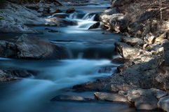 Miękka Bieżąca rzeka z skałami Zdjęcia Royalty Free