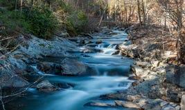 Miękka Bieżąca rzeka z skałami Fotografia Stock