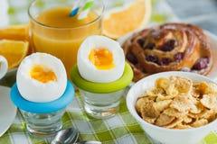 Miękka część gotował się jajko, kawę, pieczenie, muesli i sok pomarańczowego kurczaka, Zdjęcia Royalty Free