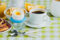 Miękka część gotował się jajko, kawę, pieczenie, muesli i sok pomarańczowego kurczaka, Obraz Royalty Free