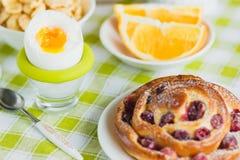 Miękka część gotował się jajko, pieczenie, muesli i pomarańcze kurczaka, Obraz Royalty Free