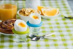 Miękka część gotował się jajko, pieczenie, muesli i sok pomarańczowego kurczaka, Obrazy Royalty Free