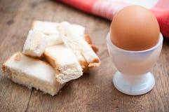 Miękka część gotował się jajko w jajecznej filiżance i słuzyć z grzanka palcami Zdjęcia Stock