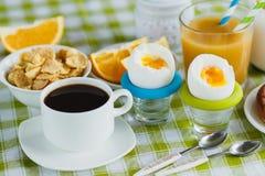 Miękka część kurczaka gotowany jajko, kawa? muesli i sok pomarańczowy Obraz Stock