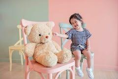 Miękka ostrość Dwa lat dziecka obsiadanie z jej misiem Zdjęcie Royalty Free