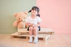 Miękka ostrość Dwa lat dziecka obsiadanie z jej misiem Obraz Stock
