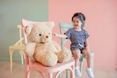 Miękka ostrość Dwa lat dziecka obsiadanie z jej misiem Fotografia Royalty Free