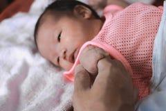 Miękka ostrość nowonarodzona malutka dziecko ręka na rodzicu zdjęcia royalty free