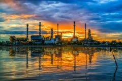Miękka ostrość rafineria ropy naftowej przy zmierzchu i wody odbiciem Fotografia Royalty Free