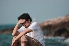 Miękka ostrość sfrustowany zaakcentowany młody Azjatycki mężczyzna ma kłopot zdjęcia royalty free