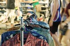 Miękka ostrość, ubrania dręczy plenerowego rynek, selekcyjna ostrość Fotografia Stock