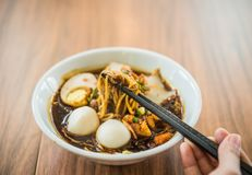Miękka ostrości ręka z Chińskimi chopsticks je kluski obrazy stock