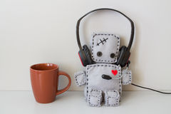 Miękka robot zabawka, filiżanka i Zdjęcie Royalty Free