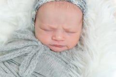 Miękka skóra nowonarodzony dziecka dosypianie, zbliżenie zdjęcie royalty free