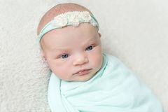 Miękka skóra nowonarodzony dziecka dosypianie, zbliżenie zdjęcie stock