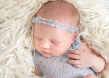 Miękka skóra nowonarodzony dziecka dosypianie, zbliżenie obraz royalty free