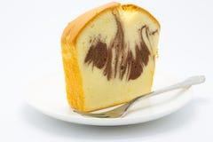 Miękki domowej roboty marmurowy masło tort na białym tle obrazy royalty free