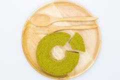Miękki masło tort na drewnianym talerzu, odgórny viewSoft warstew zielonej herbaty tort na drewnianym talerzu, odgórny widok obrazy royalty free