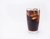 Miękki napój jest chłodno z kostkami lodu w pełnym szkle Zdjęcie Stock