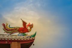 Miękki ostrość widok Chińska feniks statua na dachu w chińczyku fotografia royalty free