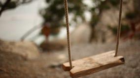 Miękki ostrość wizerunek pusta huśtawka w ogródzie drewniana huśtawka na starej arkanie kiwa w lekkim wiatrze zbiory