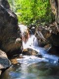 Miękki strumień płynie przez skał Obraz Royalty Free
