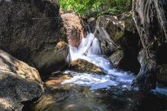 Miękki strumień płynie przez skał Zdjęcie Royalty Free
