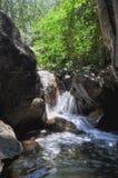 Miękki strumień płynie przez skał Zdjęcia Royalty Free