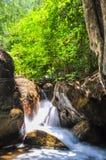 Miękki strumień płynie przez skał Fotografia Stock