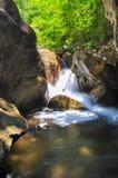 Miękki strumień płynie przez skał Zdjęcia Stock
