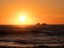 Miękki złoty światło odbijał na oceanie przy zmierzchem zdjęcia stock