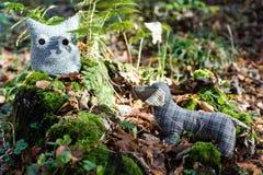 Miękki zabawkarski pies goni sowy w jesień lesie Obraz Stock
