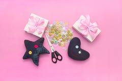 Miękkie handmade zabawki Materiały dla artystycznych guzików, nożyce, zabawki gwiazda Fotografia Royalty Free