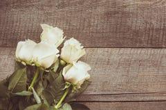 Miękkie pełne dmuchać białe róże jako neutralny tło na drewnianej desce obraz tonujący Odgórny widok Obrazy Stock
