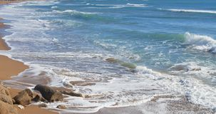 Miękkiej części fala błękitny morze na piaskowatej plaży przy słonecznym dniem zbiory