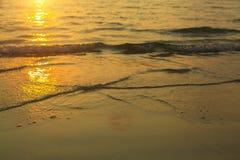 Miękkiej części fala denna kipiel w promieniach położenia słońce Natura Fotografia Royalty Free