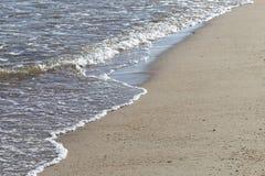 Miękkiej części fala morze na piaskowatej plaży Obrazy Stock