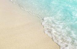 Miękkiej części fala z pianą na piaskowatej plaży zdjęcia royalty free