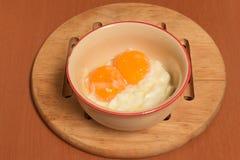 Miękkiej części gotowany jajko na brown stole Zdjęcie Stock