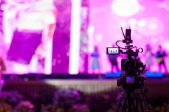 Miękkiej części i plamy ostrości kamery przedstawienia viewfinder wizerunek łapie ruch w wywiadzie lub transmituje ślubną ceremon fotografia royalty free