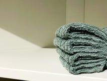 Miękkiej części Terry ręcznik odpoczywa na półce Ręcznik dla skąpania Na półce w kącie Zdjęcia Royalty Free