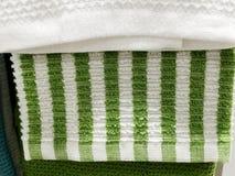 Miękkiej części Terry ręcznik odpoczywa na półce Ręcznik dla skąpania Na półce w kącie Obrazy Stock