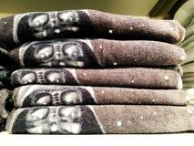 Miękkiej części Terry ręcznik odpoczywa na półce Ręcznik dla skąpania Na półce w kącie Zdjęcie Royalty Free