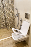 Miękkiej części toaletowego siedzenia zamknięta pokrywa w nowożytnej łazience obraz stock