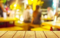 Miękkiej ostrości drewniany stół z plama baru tłem Zdjęcie Stock