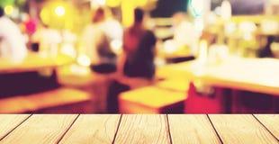 Miękkiej ostrości drewniany stół z plama baru tłem Obrazy Stock