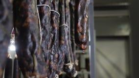 Mięsna i kiełbasiana produkcja Przetwarzający mięśni produkty w schładzającym magazynie kiełbasiana robi roślina uwędzony zbiory