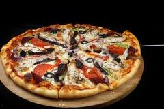 Mięsna pizza na drewnianym półmisku na ciemnym tle Zdjęcia Royalty Free