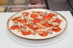 Mięsna pizza na robić stołowi Fotografia Royalty Free